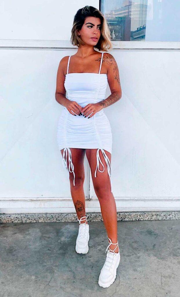 look reveillon, vestido tubinho branco e tênis branco
