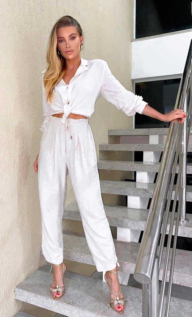 look reveillon, camia branca, calça jogger branca, sandália de tiras douradas