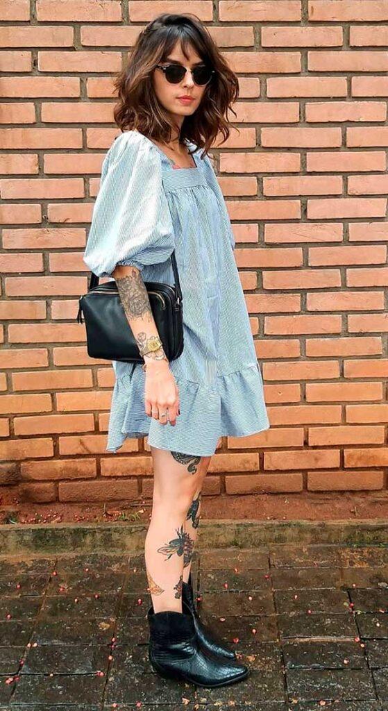 chemise azul, bolsa preta e bota