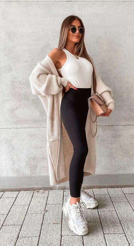 regata branca, calça legging prete e maxi suéter