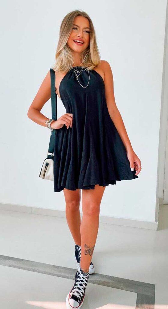 vestido larguinho preto e tênis all star