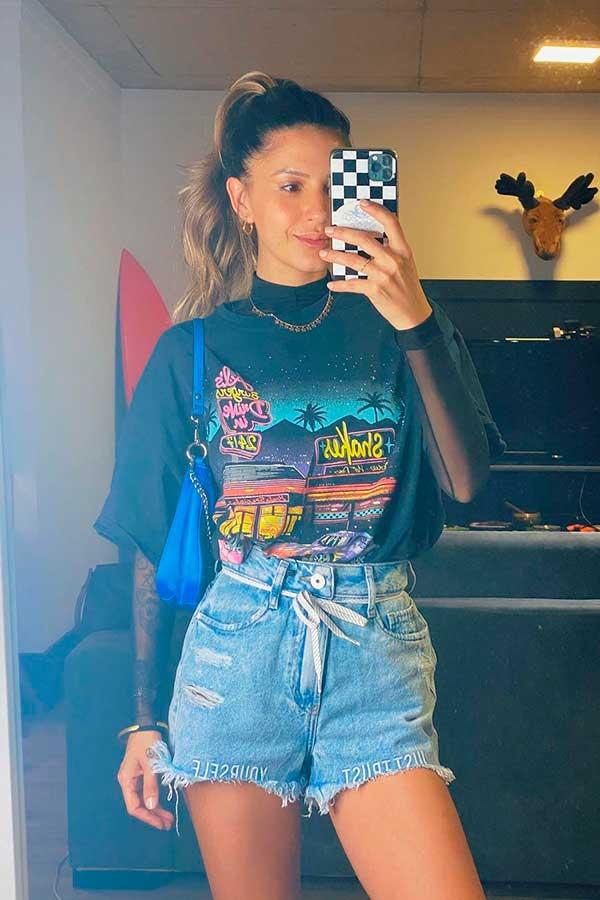 sobreposição com blusa de manga e t-shrit, short jeans com cadarço