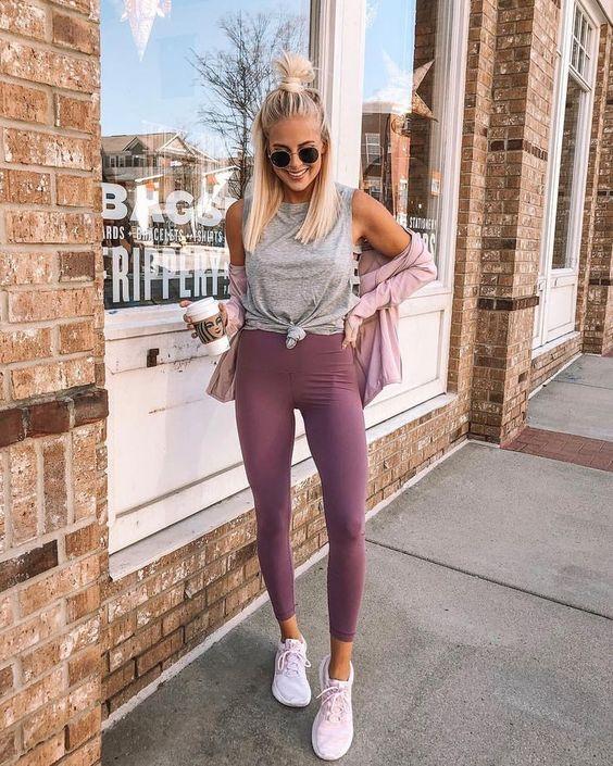 regata cinza, calça legging lilás e tênis branco