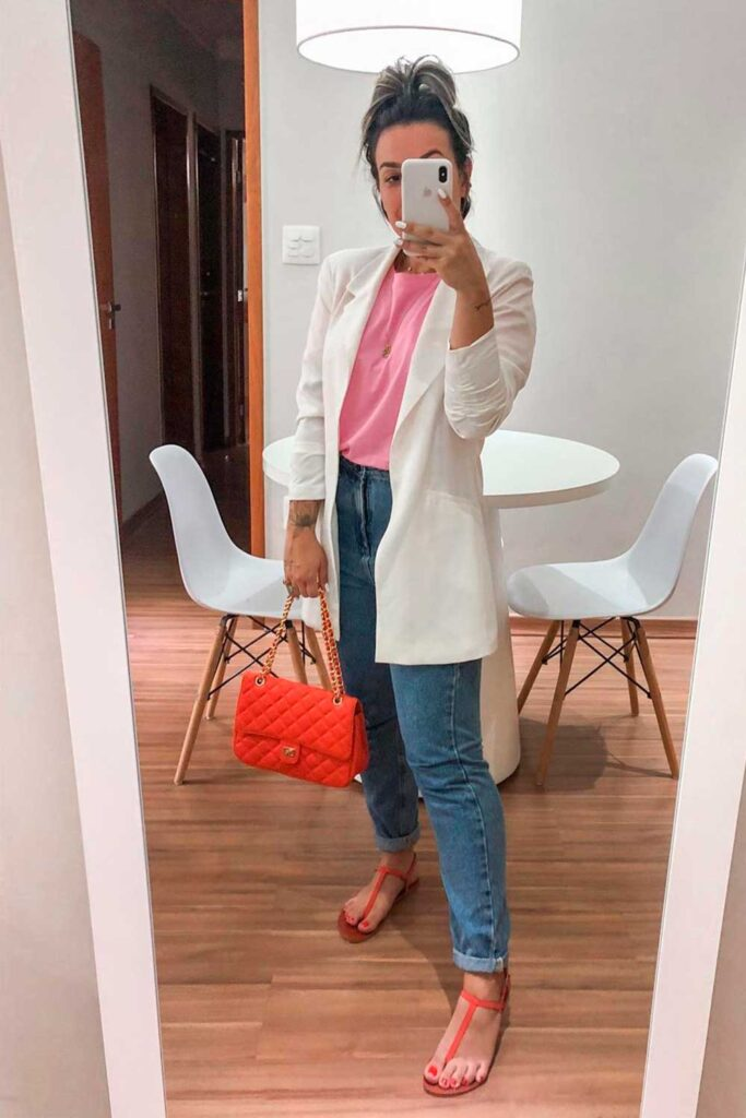 blusa rosa, blazer branco, mom jeans, sandália de tiras