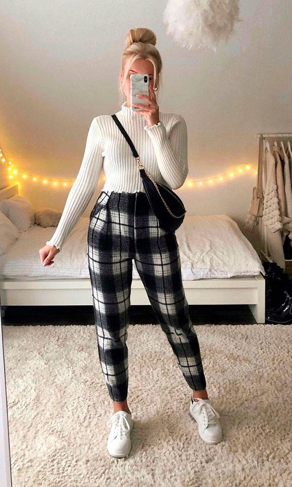 suéter branco de gola alta, calça xadrez e tênis branco