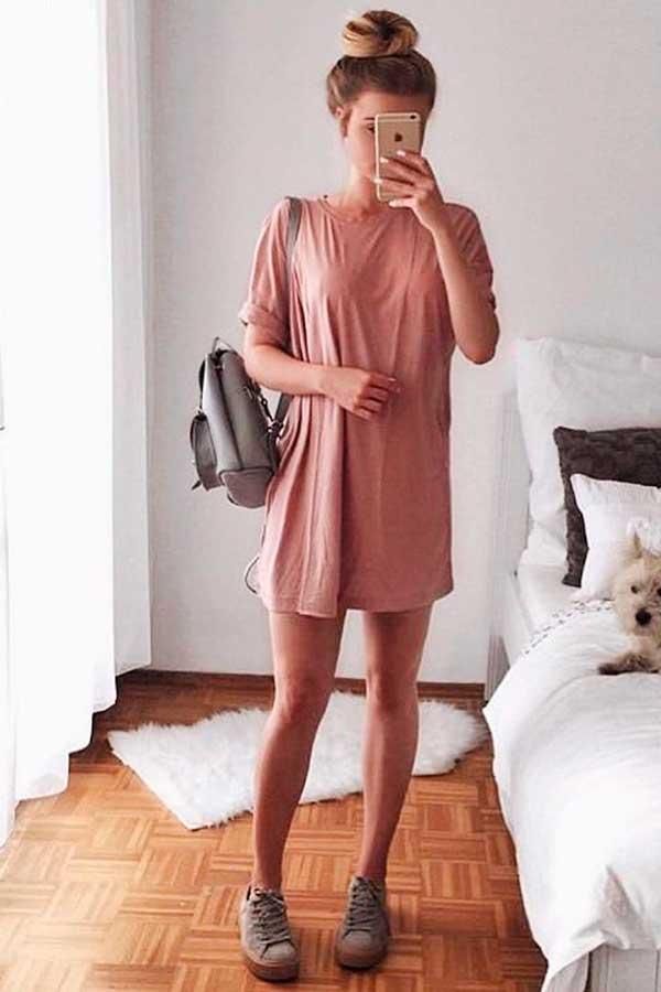 Look para dias chuvosos, t-shirt dress, mochilinha e tênis cinza