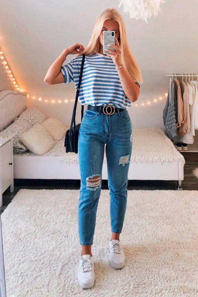 t-shirt colorida com listras azuis, mom jeans e tênis branco