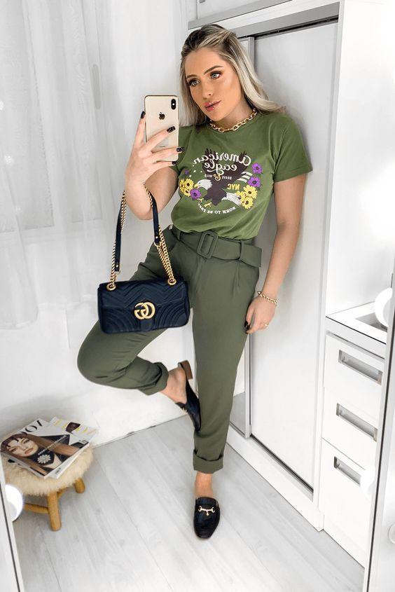t-shirt verde militar, calça de alfaiataria e flat mule