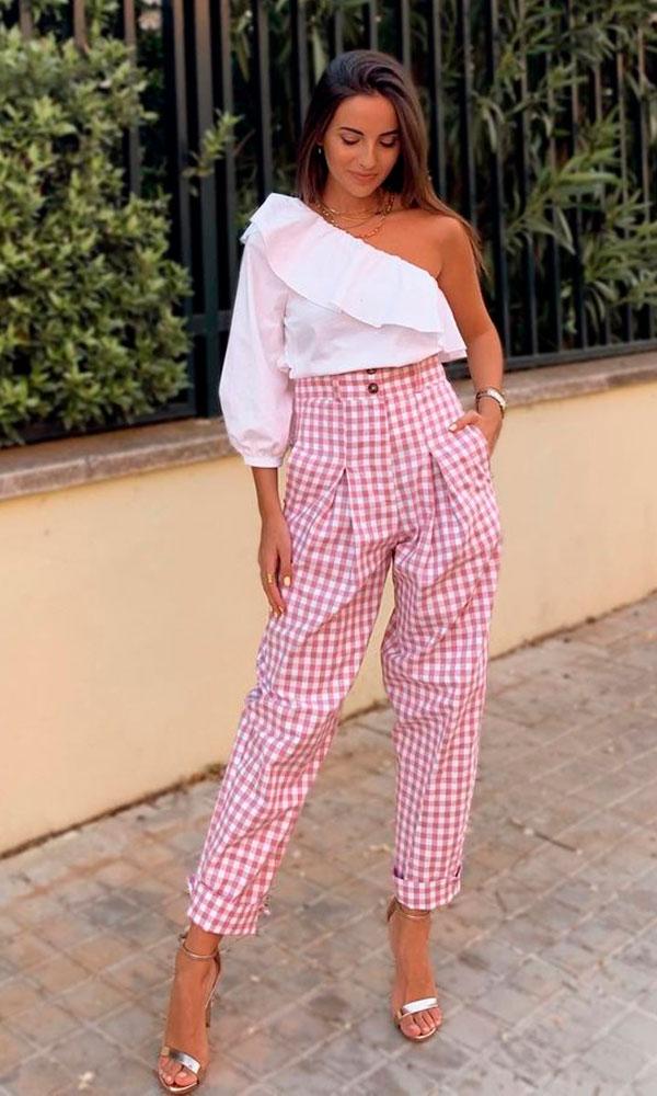blusa um ombro só com mangas bufantes, calça xadrez rosa