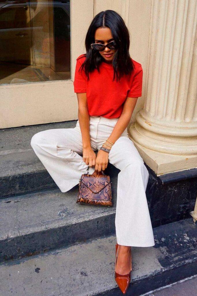 t-shirt colorida vermelha, calça pantacourt preta e sapato de bico fino