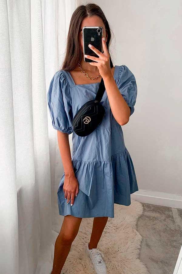 look azul e pochete atravessada