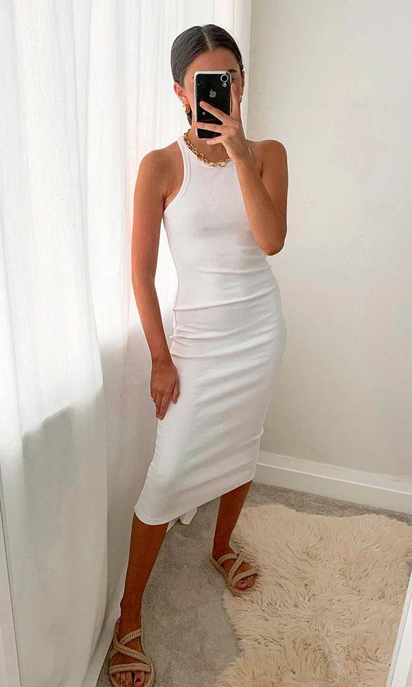 sandálias para o verão, vestido midi branco e sandália com tiras de corta