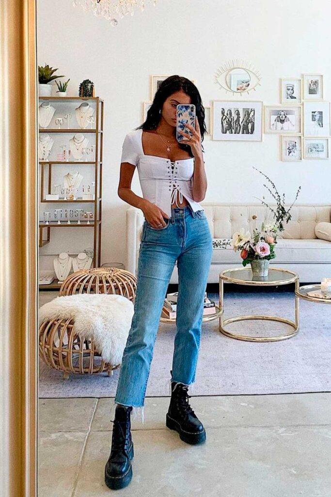coturno tratorado, cropped branco e calça jeans