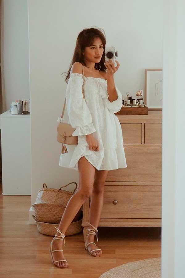 vestido larguinho branco e sandálaia gladiadora