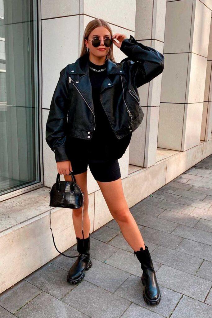 coturno tratorado, jaqueta de couro, t-shirt preta, biker shorts, look all black