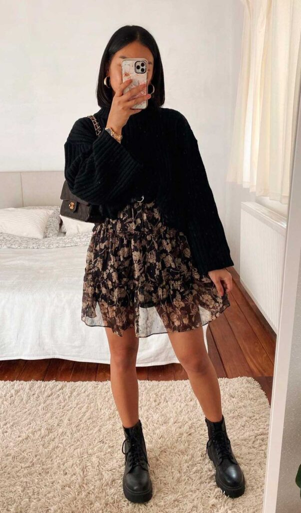 coturno tratorado, suéter preto e vestido floral