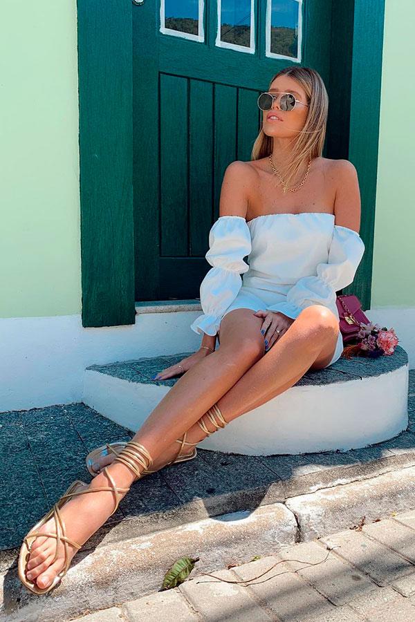 sandálias para o verão, vestido branco ombro a ombro e gladiadora