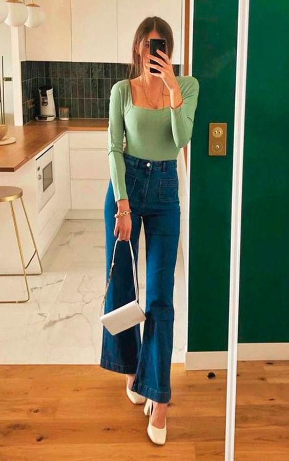 blusa verde, calça flare e sapato branco