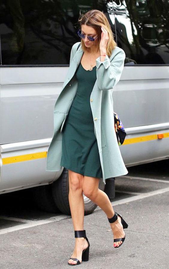 vestido verde e sobretudo verde menta