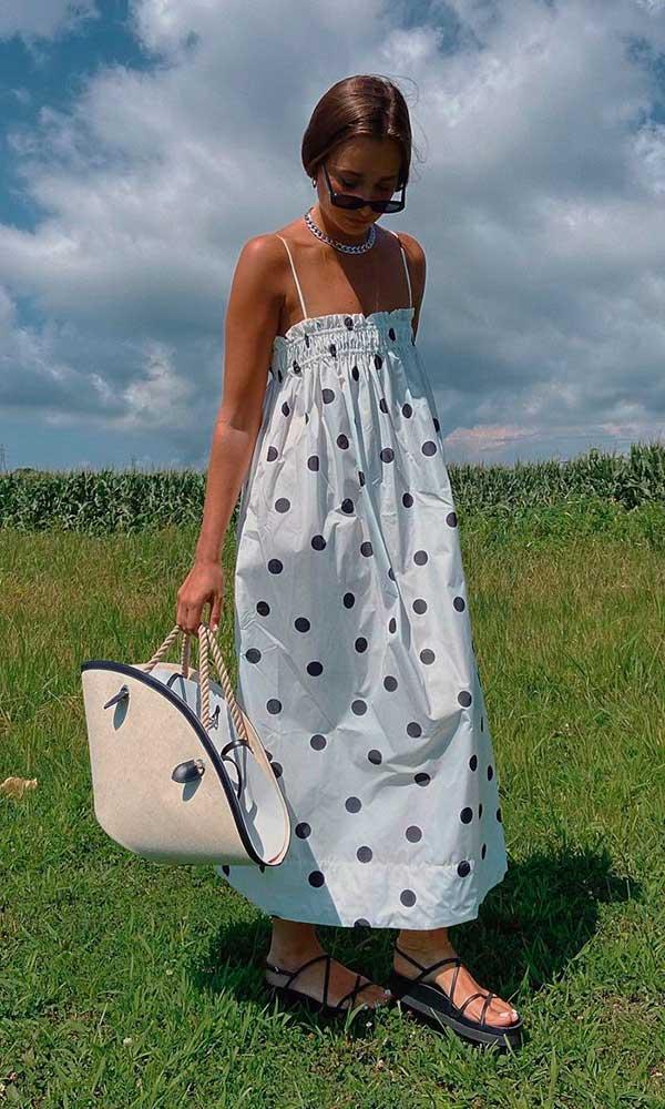 vestido larguinho longo com estampa de bolinhas e rasteirinha