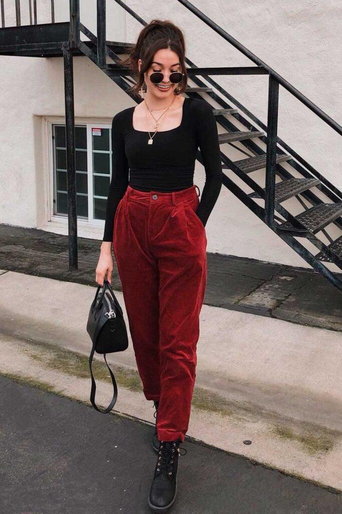 blusa de manga preta, calça de veludo e coturno