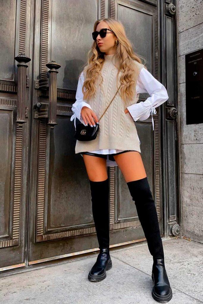colete de tricô e camisa de manga branca e bota over the knee