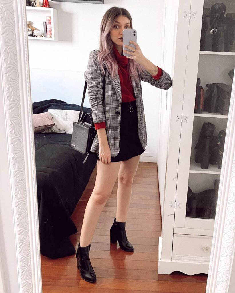 blazer cinza xadrez, blusa vermelha e minissaia