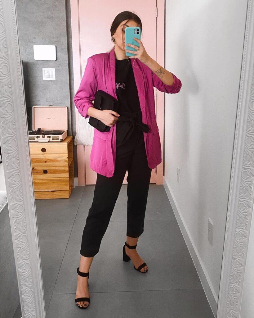 blazer lilás, blusa preta e calça preta