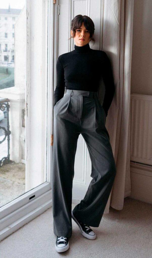 sapatos, blusa de manga preta, calça de alfaiataria e all star