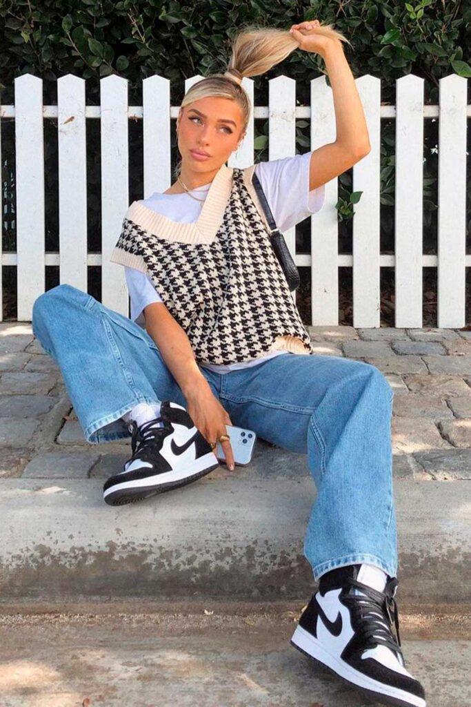 sobreposição com t-shirt branca e colete de tricô xadrez
