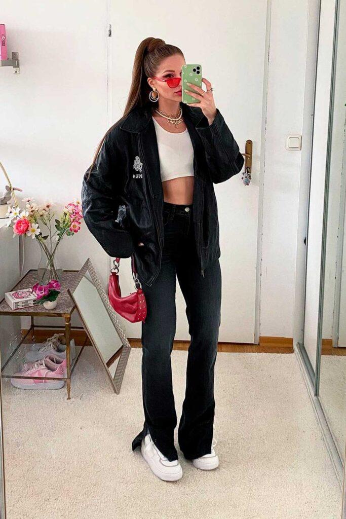 jaqueta preta, cropped branco e calça flare preta