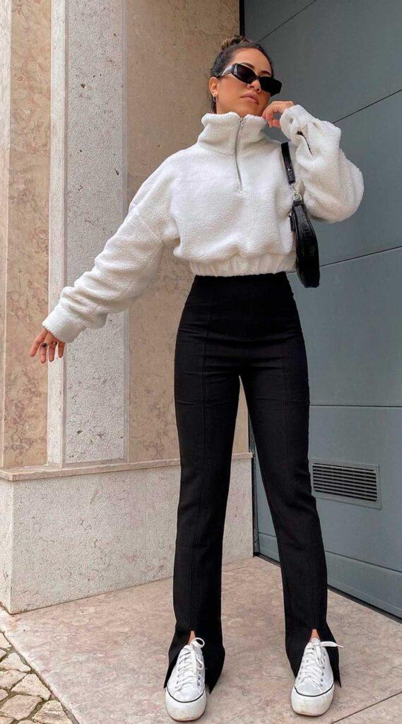 casaco de pelinho cropped, calça flare preta e all star branco