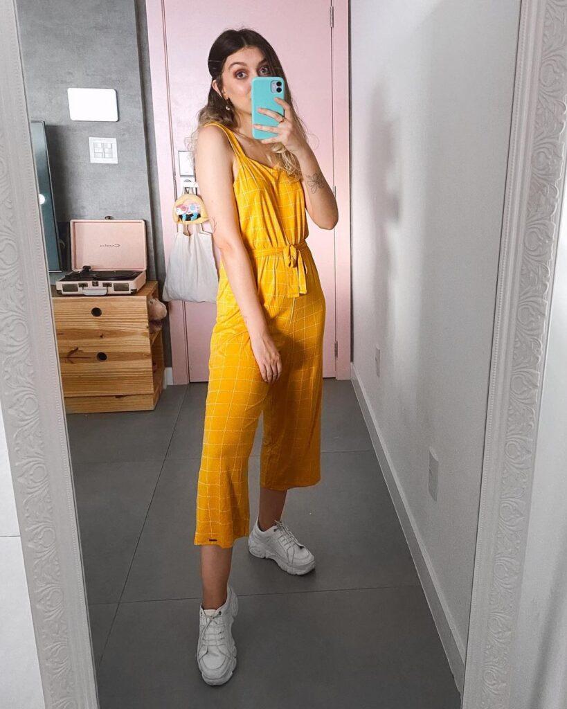 macacao amarelo e tênis branco