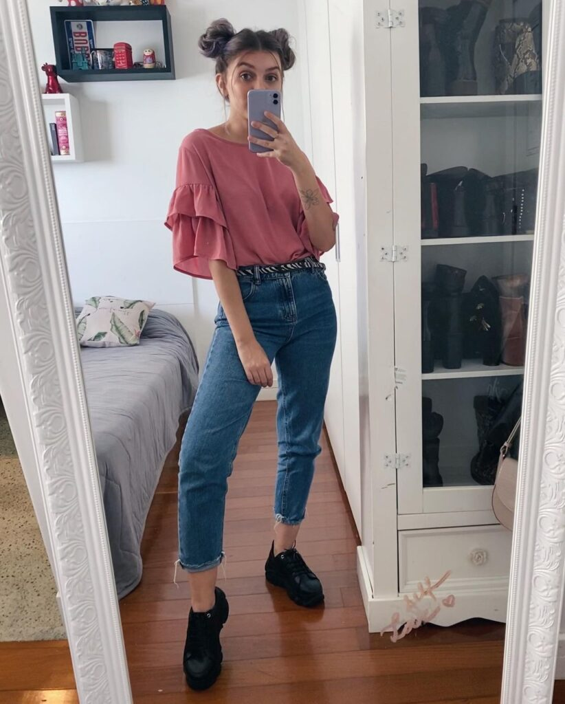 yaah, blusa rosa, mom jeans e tênis preto