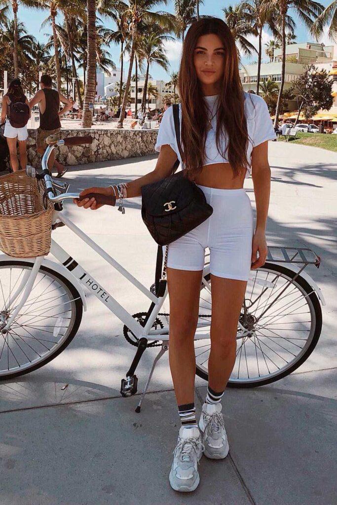 total white, biker shorts e cropped branco