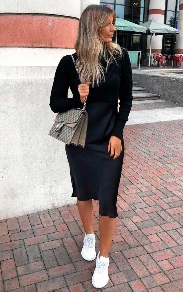 vestido mid preto e tênis esportivo branco