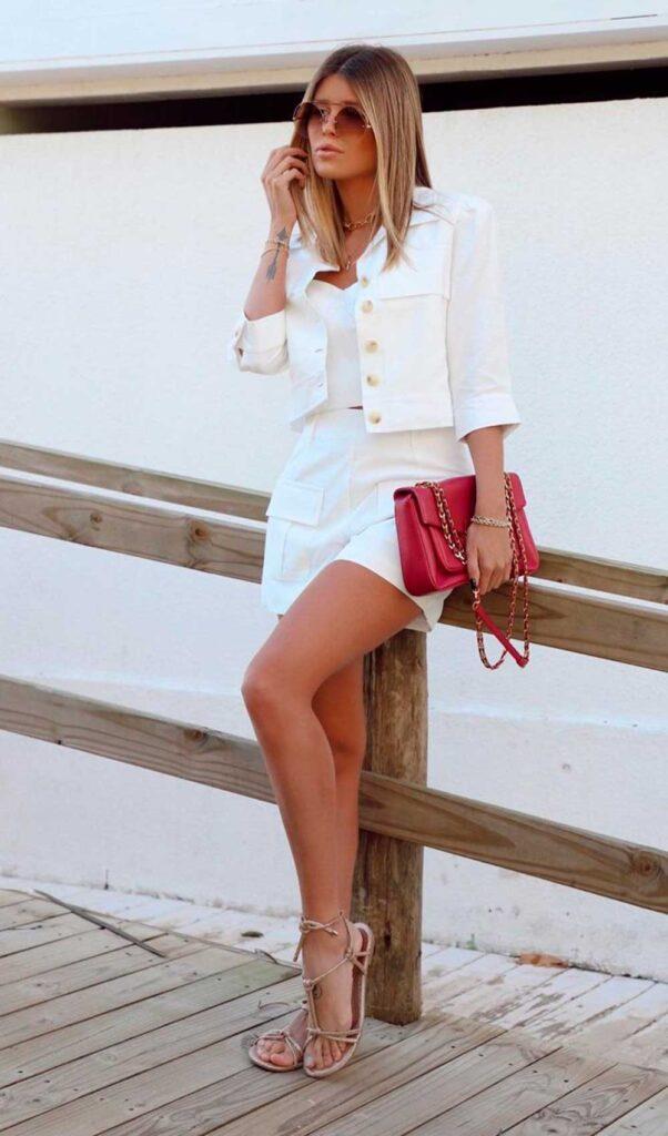 conjuntinho total white, bolsa vermelha branca e rasteirinha