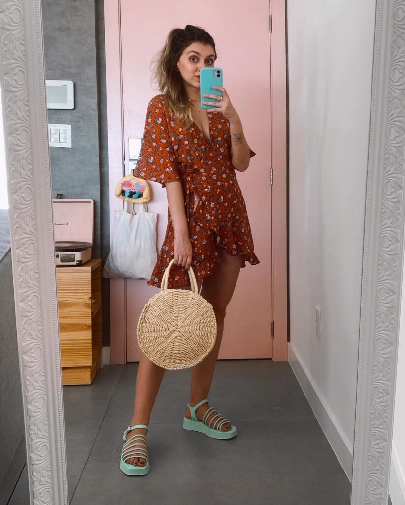 yaah, vestido floral curto e bolsa de palha redonda