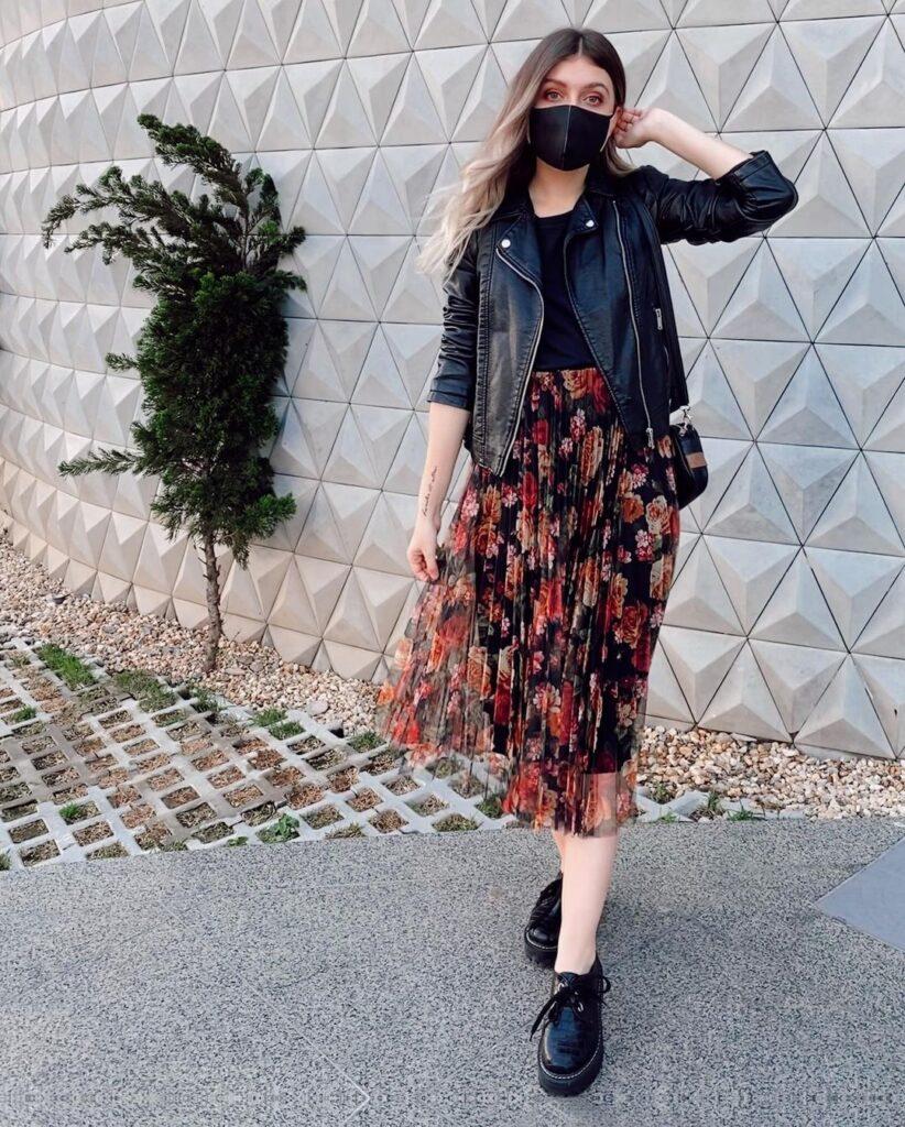 yaah, jaqueta de couro e vestido floral