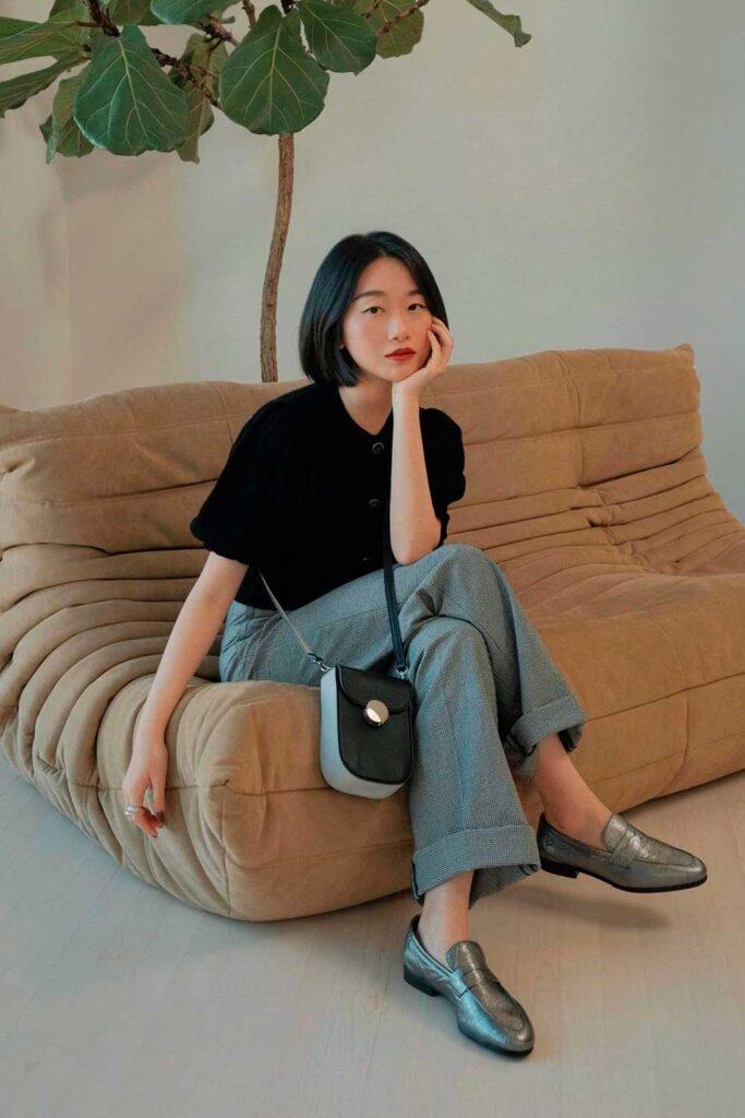 sapatos, loafer cinza, calça de alfaiataria e t-shirt preta