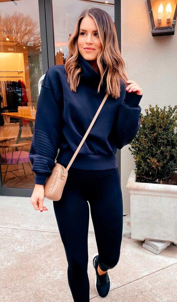 tênis esportivo, moletom azul marinho, calça legging preta