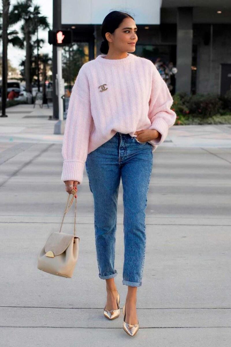 suéter, mom jeans e sapato metalizado