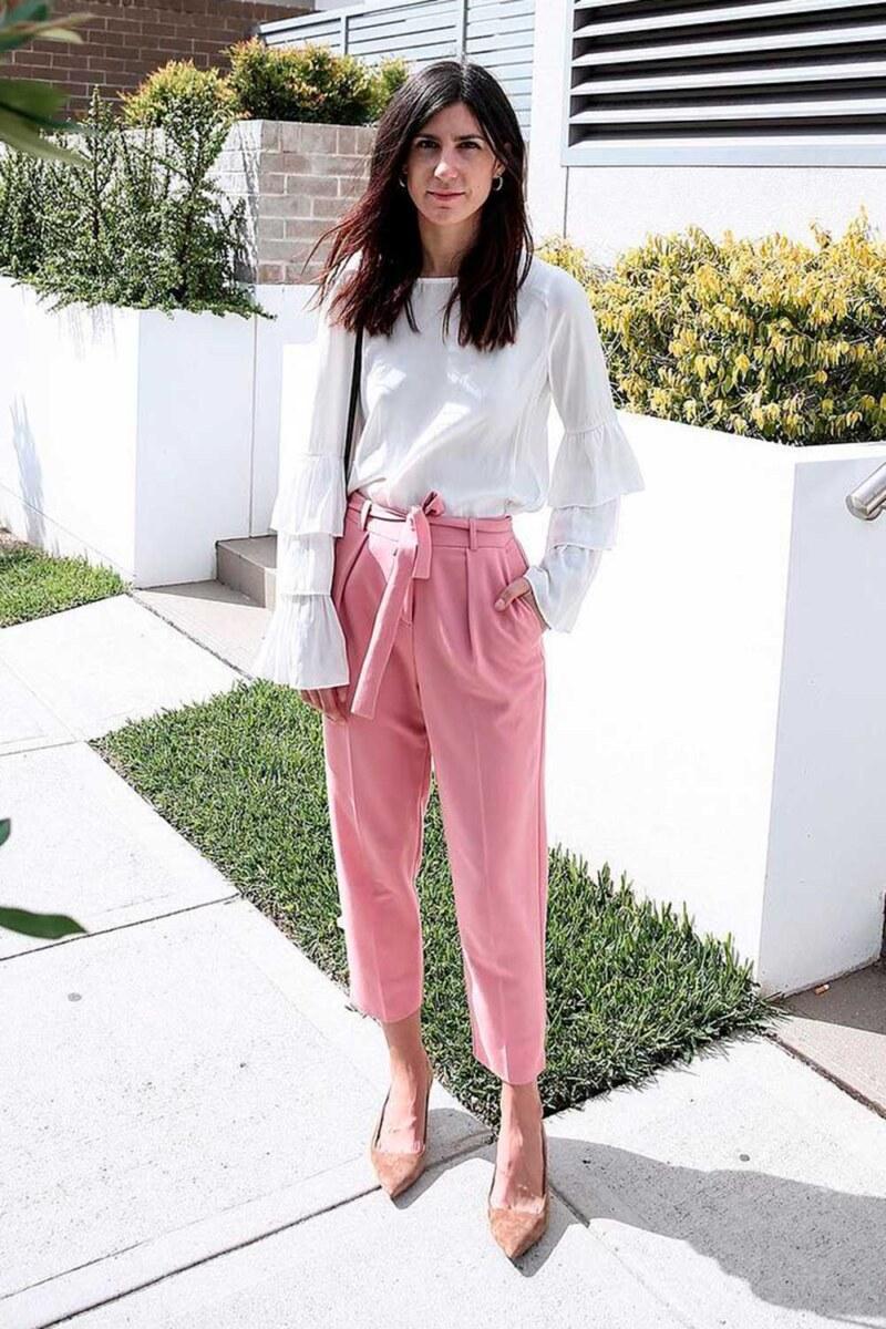 calça clochard, blusa branca e scarpin