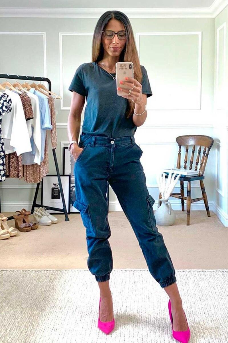 t-shirt, calça jogger jeans e scarpin