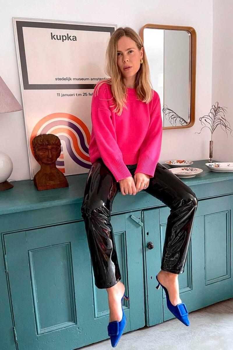 suéter rosa, calça de vinil e sapato azul