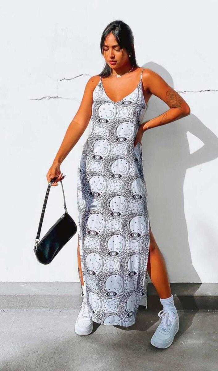 vestido longo cinza estampado, tênsi branco e bolsa baguete