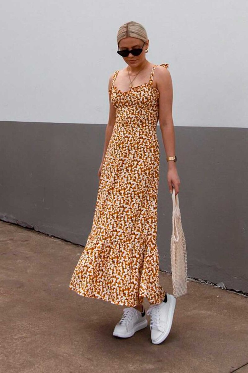 vestido longo floral e tênis