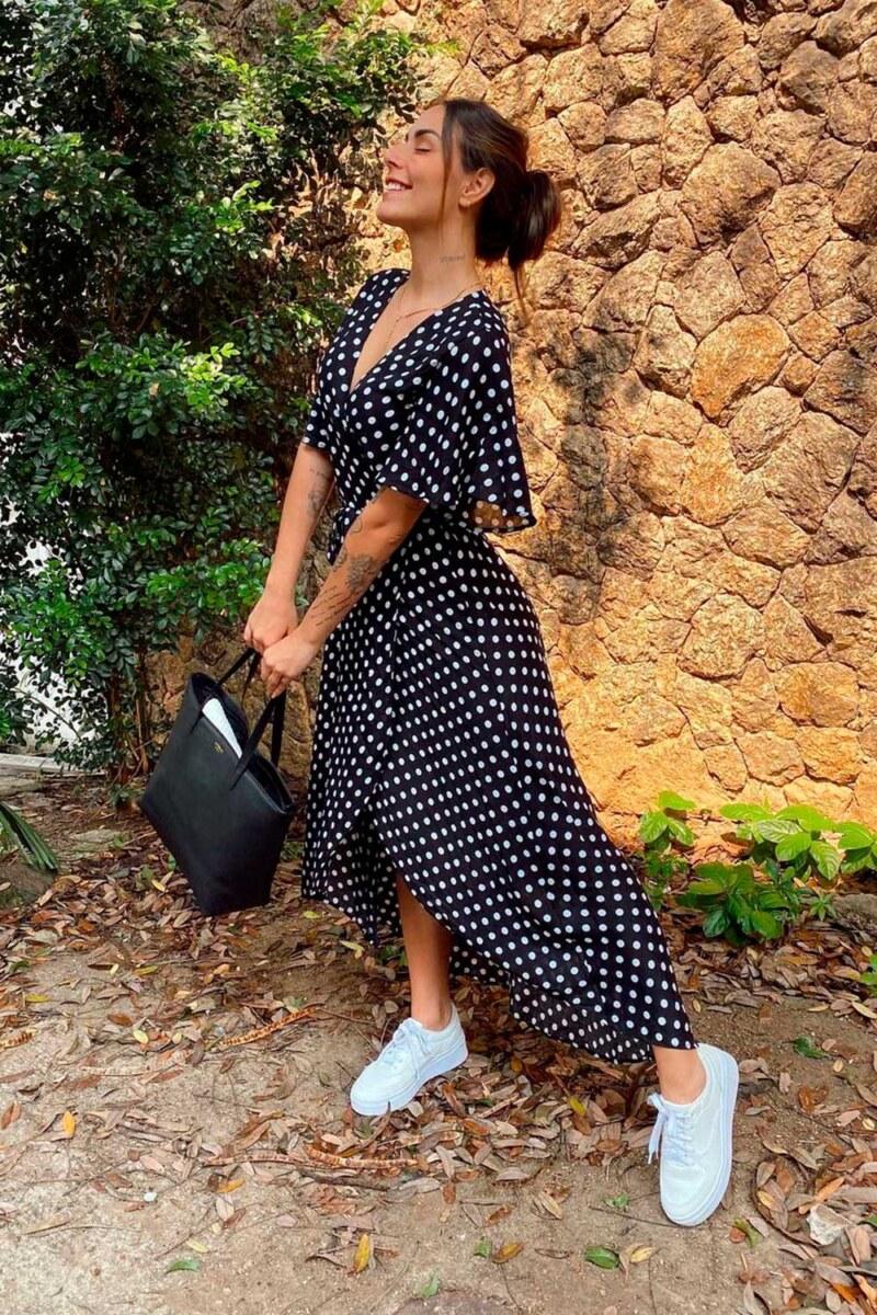 vestido longo de bolinhas e tênis branco