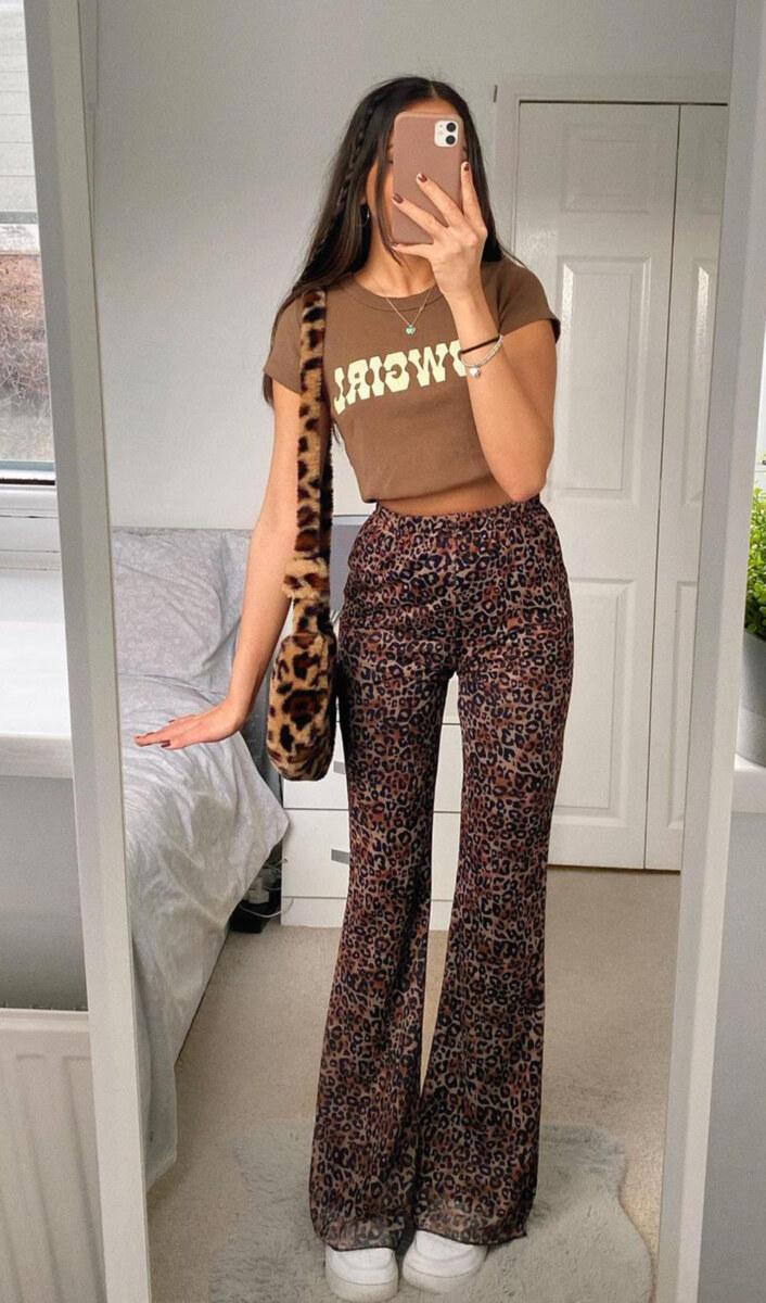 blusa marrom, calça de animal print