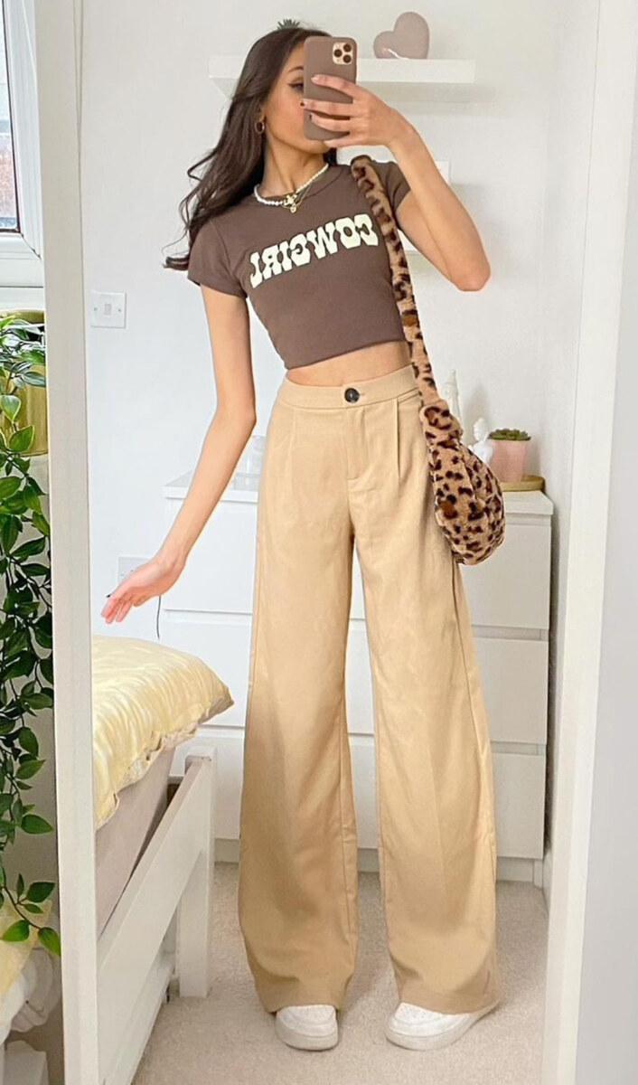 blusa marrom, calça cqui, tênis branco e bolsa de animal print